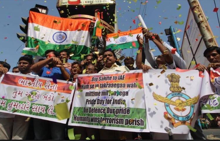 सर्जिकल स्ट्राइक 2: देशभर में जश्न का माहौल, हर तरफ लग रहे हिंदुस्तान जिंदाबाद के नारे
