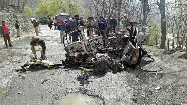 क्यों और कैसे हो गया जम्मू-कश्मीर के बनिहाल में कार विस्फोट?