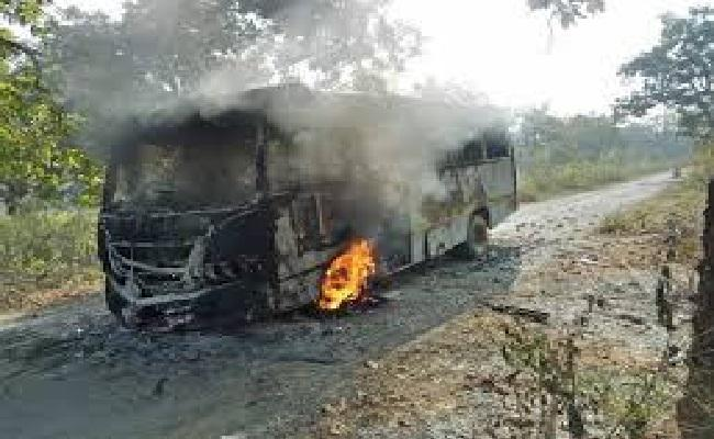 छत्तीसगढ़: बीजापुर में नक्सलियों ने यात्री बस को जलाया