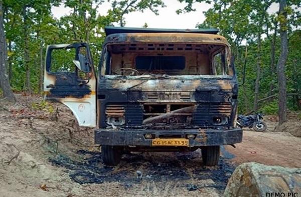 नक्सलियों ने बीजापुर में सड़क निर्माण में लगे वाहन में लगाई आग