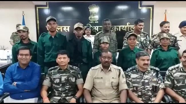 झारखंड पुलिस को मिली बड़ी सफलता, 6 कुख्यात नक्सलियों ने किया आत्मसमर्पण