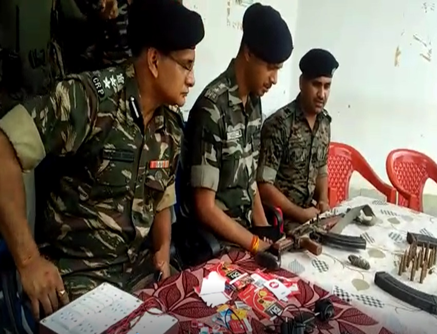 Police Naxali Encounter: बीहड़ों में घंटों गरजी बंदूकें, 1 नक्सली ढेर, कई सामान बरामद