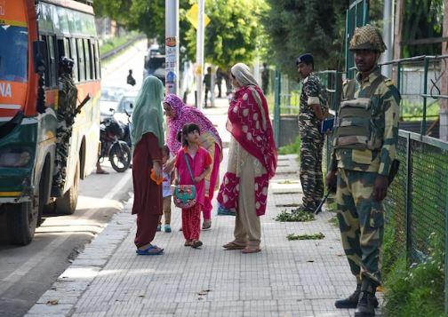 जम्मू कश्मीर में फोन और इंटरनेट सेवा आंशिक रूप से बहाल, ईद के लिए और भी ढील दी जाएगी