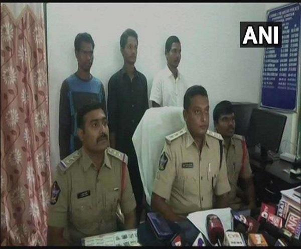 Visakhapatnam, Naxal Surrender, Surrender before Police, विशाखापत्तनम, नक्सलियों का आत्मसमर्पण, sirf sach, sirfsach.in, सिर्फ सच