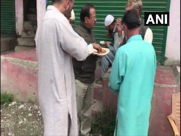 जम्मू-कश्मीर के दौरे पर अजीत डोभाल, कश्मीरियों संग खाया खाना