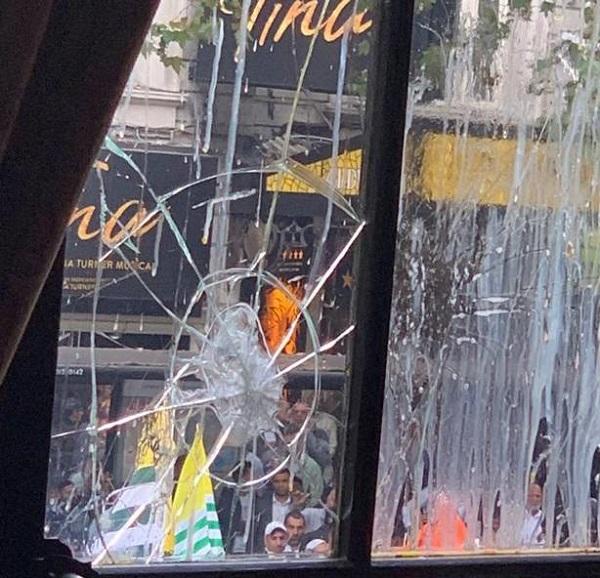 शर्मनाक: लंदन में पाकिस्तानी प्रदर्शनकारियों ने भारतीय उच्चायोग पर अंडे फेंके