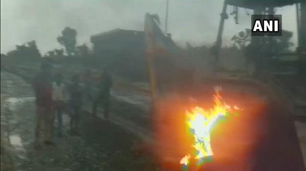 बिहार: गया में नक्सलियों ने सड़क निर्माण में लगे वाहनों को किया आग के हवाले