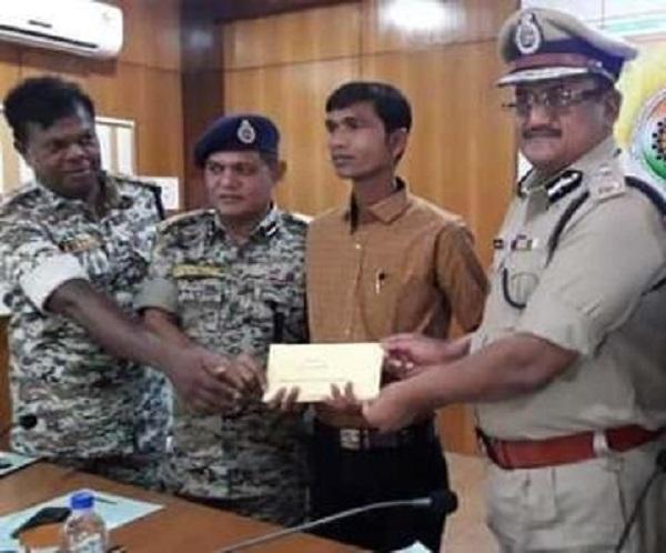 Naxal, Reward Naxalites worth Rs 7.5 lakh, Rajnandgaon, surrendered, Chhattisgarh police, छत्तीसगढ़ पुलिस, राजनांदगांव, नक्सली गिरफ्तार, sirf sach, sirfsach.in, सिर्फ सच