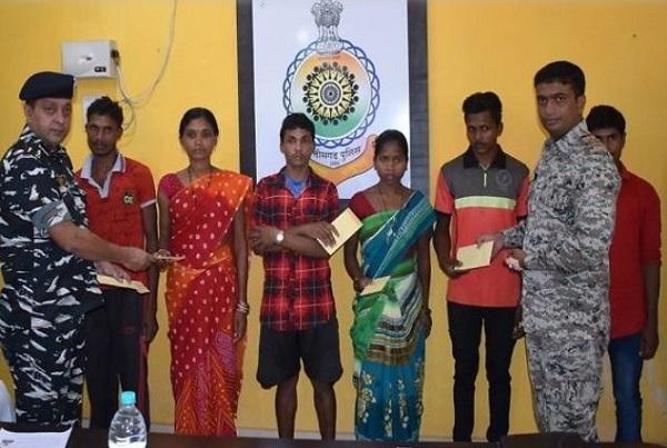 छत्तीसगढ़: बीजापुर में 4 इनामी सहित 6 नक्सलियों ने किया सरेंडर