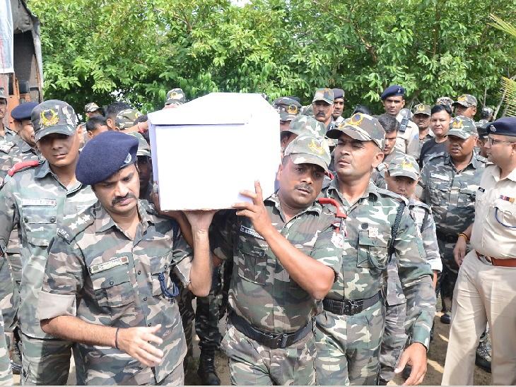 जमीन पर लेटकर महिलाओं ने दी शहीद खंजन को आखिरी विदाई