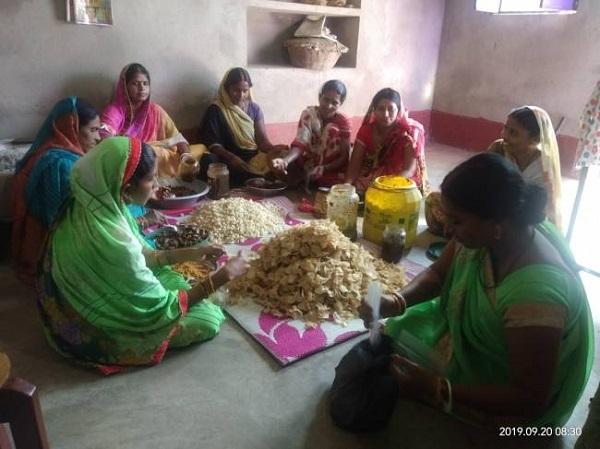 सफलता की इबारत लिख रहीं नक्सल प्रभावित गांव की महिलाएं