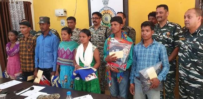 छत्तीसगढ़: बीजापुर (Bijapur) में 7 इनामी नक्सलियों ने पुलिस के सामने किया सरेंडर
