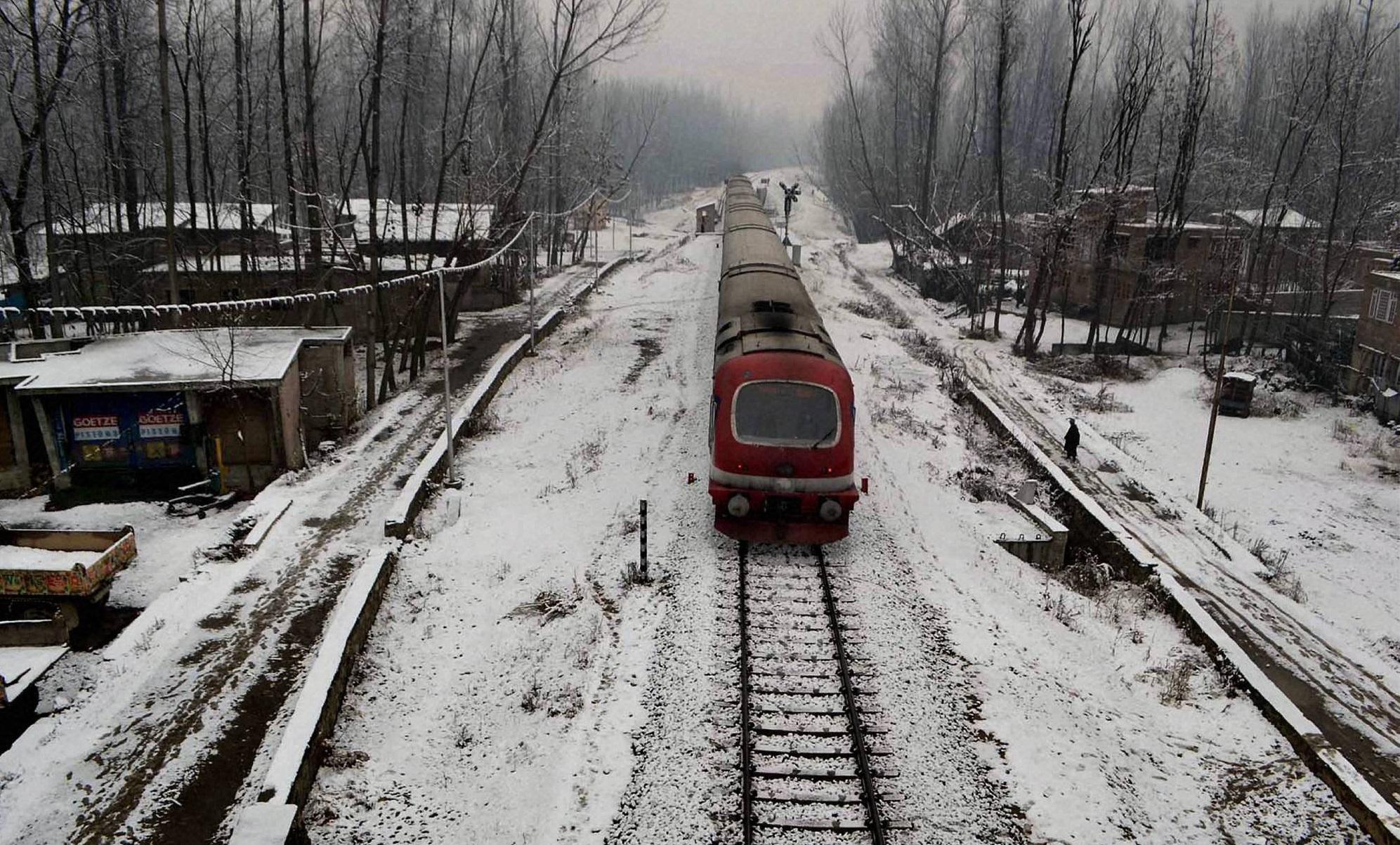 बर्फबारी में पर्यटकों को भा रही है रेल, जाम-सड़क बंद की समस्या से मिली मुक्ति