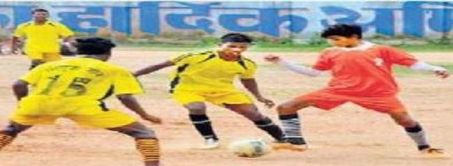 छत्तीसगढ़: नक्सल प्रभावित कोंडागांव (Kondagaon) के युवा फुटबॉल में दिखा रहे अपना दम-खम