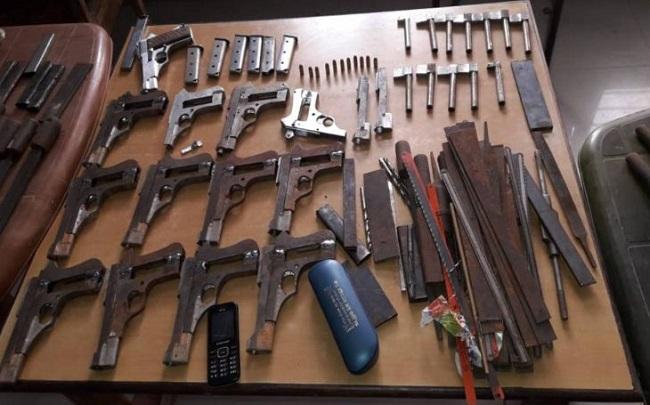 Bihar: मुंगेर (Munger) में हथियारों के कारखाने का भंडाफोड़, गोबर गैस प्लांट में चल रहा था गैरकानूनी धंधा