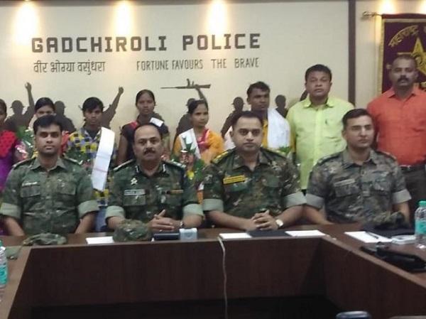 महाराष्ट्र: गढ़चिरौली में साढ़े 31 लाख के इनामी 6 नक्सलियों ने किया आत्मसमर्पण