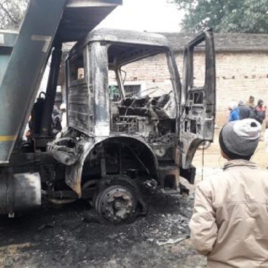 झारखंड: पलामू में सड़क निर्माण में लगे हाइवा को TPC उग्रवादियों ने किया आग के हवाले