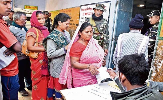 दिखी लोकतंत्र की असली ताकत! पूर्व नक्सली कुंदन पाहन का पूरा परिवार पहुंचा वोट देने