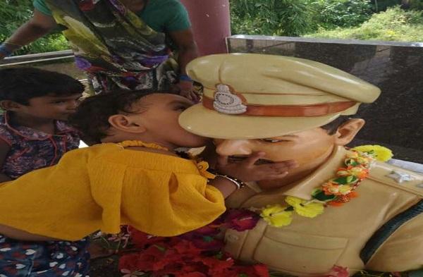 VIDEO: शहीद पिता के स्मारक से लिपट रोने लगी 1 साल की मासूम, नम हुई सभी की आंखें
