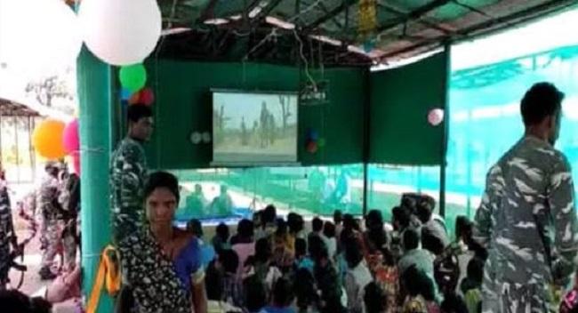 जहां आज तक नहीं था टेलीविजन, वहां 'ओपन थियेटर', नक्सल प्रभावित इलाके में ग्रामीणों का विश्वास यूं जीत रही CRPF