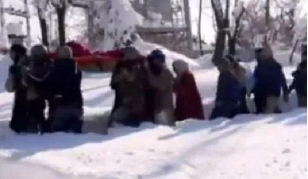 जम्मू-कश्मीर: Indian Army के जज्बे को सलाम, जवानों ने बचाई मां-बच्चे की जान