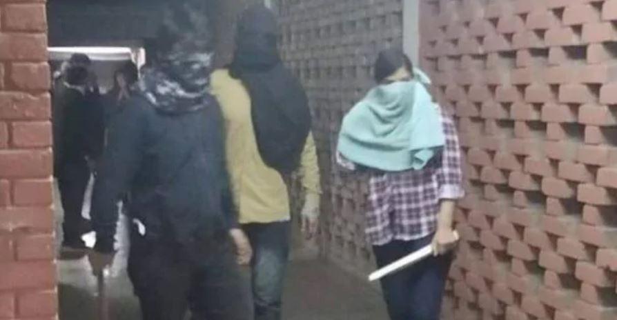 JNU में हिंसा: यूनिवर्सिटी में घुसे नकाबपोश हथियारबंद, छात्रों और शिक्षकों के साथ मारपीट