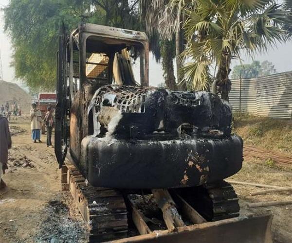बिहार: नवादा में नक्सलियों का तांडव, मजदूरों के साथ मारपीट, जेसीबी और बोलेरो में लगाई आग