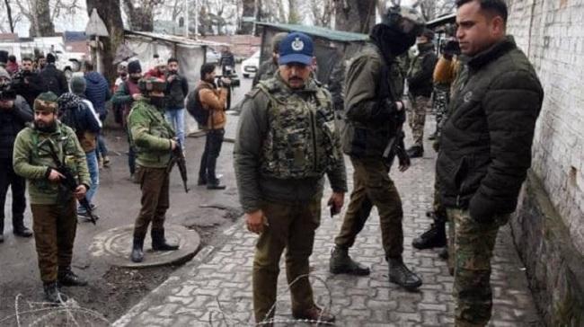 Jammu-Kashmir: पुलवामा में CRPF के बंकर पर आतंकियों ने फेंका पेट्रोल बम